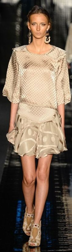 Lilly Sarti RTW Summer 2015 - Sao Paulo I like how this outfit flows minus the huge earings. Couture Fashion, Runway Fashion, High Fashion, Womens Fashion, Fashion Trends, Pink Beige, Taupe, Classy And Fabulous, Beautiful Outfits
