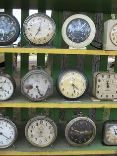 How to determine the age of your vintage clock collection Vintage Alarm Clocks, Antique Clocks, Antique Decor, Clock Art, Clock Decor, Clock Shop, Cool Clocks, Old Watches, Time Clock