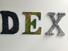 Naambordje van kartonnen letters