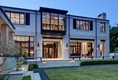 Современный двухэтажный дом с роскошными деталями интерьера и экстерьера