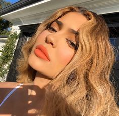 Kylie Jenner is gorgeous in new photos where the billionaire and mother of one is wearing Balenciaga. Kylie posed at her Kylie Cosmetics Kylie Jenner Icons, Look Kylie Jenner, Kylie Jenner Makeup, Kylie Jenner Hair Brown, Jenner Style, Kendall Jenner, Hair A, Her Hair, Blonde Hair
