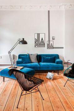 Décoration salon bleu, parquet brut, noir et blanc.