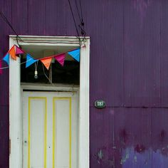 Valparaiso door by @laciudadalinstante  #chile #chilefachadas #instagram #icu_chile Chile, Knock Knock, Garage Doors, Instagram, Windows, Curtains, World, Outdoor Decor, Home Decor