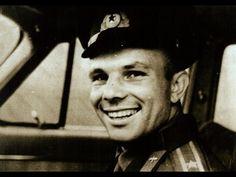 """Хрущев подарил Гагарину """"Волгу"""" Первый космонавт впервые сел за руль нов..."""