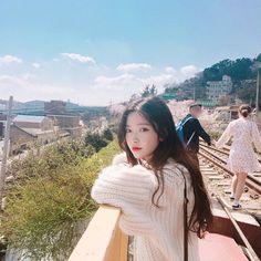 7 boys and 1 girl. Ullzang Girls, Cute Girls, Ulzzang Korean Girl, Cute Korean Girl, Ulzzang Fashion, Korean Fashion, Girl Korea, Spring Girl, Selfie Poses