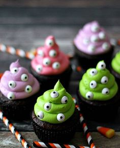 These Monster Cupcakes from Life With the Crust Off are a spooktacular dessert for Halloween! Bright icing is dotted with the most adorable candy eyes! Halloween Cupcakes, Plat Halloween, Dulces Halloween, Halloween Cookie Recipes, Halloween Baking, Halloween Desserts, Halloween Birthday, Spooky Halloween, Halloween Treats