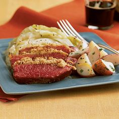 Corned Beef and Cabbage Dinner Corned Beef Sauce, Roasted Corned Beef, Slow Cooker Corned Beef, Corned Beef Brisket, Irish Recipes, Ww Recipes, Dinner Recipes, Cooking Recipes, Healthy Recipes
