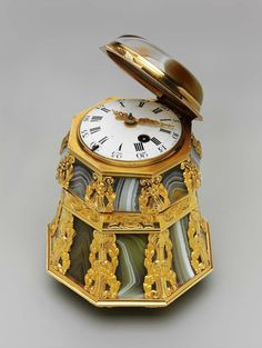 Bonbonnière mounted with a timepiece, about 1765. Probably by John and George Hannett (English, active in London, about 1730-90). English. Agate and gold. Gift of the heirs of Bettina Looram de Rothschild. Photograph © Museum of Fine Arts, Boston.