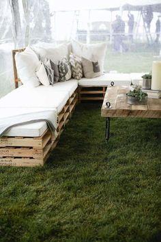 Découvrez notre tuto pour savoir comment faire un canapé en palette