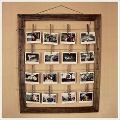 Fácil de fazer, esse lindo mural de fotos vai dar um toque especial e original na decoração. Faça você mesmo!     Material:   Moldura antiga  Cordões de couro ou sisal  Pregadores de roupa  Pregos     Como fazer:   Com um lápis, faça marcações para inserir os pregos, use um martelo. Depois, prenda os cordões nos pregos. Agora, é só pendurar as fotos com pregadores de roupa!