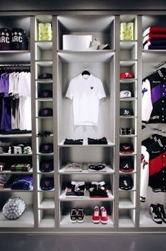 DIY Hat Rack Ideas Have you found the best way to organize your hat collection? Whether you prefer a holder, hook, or stand, this DIY hat rack ideas is something you must see! Bedroom Setup, Boys Bedroom Decor, Room Ideas Bedroom, Closet Bedroom, Wardrobe Room, Diy Hat Rack, Wall Hat Racks, Hypebeast Room, Clothing Store Design