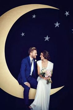starry night wedding photo booth wit a large moon and stars Starry Night Wedding, Moon Wedding, Celestial Wedding, Star Wedding, Dream Wedding, Wedding Dj, Starry Nights, Midnight Wedding, Wedding Happy