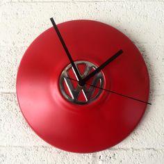 Relógio feito com calota de fusca Car Part Furniture, Automotive Furniture, Automotive Decor, Unusual Clocks, Cool Clocks, Car Part Art, Old Tools, Recycled Furniture, Rustic Design