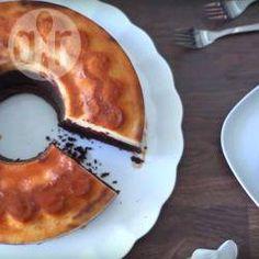 Deze magische taart lijkt onmogelijk, doordat de chocolade cakelaag naar boven verplaatst en de flan naar beneden tijdens het bakken. Het resultaat is prachtig en ontzettend lekker om te eten. Deze cake wordt ook wel chocoflan, pastel imposible of impossible cake genoemd.