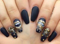 Gold lips nail art design