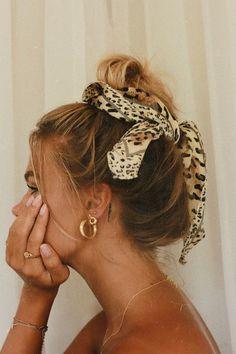 Criado para as camponesas protegerem a cabeça, os lenços se popularizaram e atualmente, é um acessório fashion. Saiba como usar Long Bob Hairstyles, Scarf Hairstyles, Pretty Hairstyles, Braided Hairstyles, Wedding Hairstyles, Hair Inspo, Hair Inspiration, Hair Tuck, Accesorios Casual