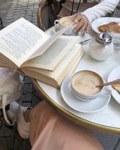 Image shared by 𝓛𝓮𝔁𝓲 ♣. Find images and videos about Hot, food and aesthetic on We Heart It - the app to get lost in what you love. Beige Aesthetic, Book Aesthetic, Aesthetic Vintage, Coffee Date, Coffee Break, Nyc Coffee, Cakepops, Superfood, Coffee Shop