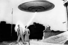A very tense moment from Day 1 of the Flying Saucer invasion. This couple was later spotted performing slave labor (well, washing alien dishes) on Uranus. Fan Fiction, Fiction Movies, Science Fiction Art, Classic Sci Fi, Classic Horror Movies, Sci Fi Films, Sci Fi Horror, Horror Art, Aliens And Ufos