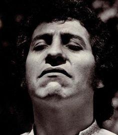 """""""Yo no canto por cantar ni por tener buena voz. Canto porque la guitarra tiene sentido y razón"""""""