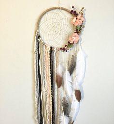 attrape rêve décoré avec plusieurs détails, plumes, perles, fleurs, décoration style bohème
