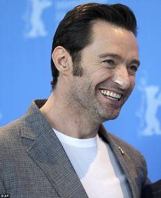 Alles lächelt: Hugh Jackman ist immer noch sportlich Verbände aus seiner Chirurgie, als er auf der Photocall für die neueste Ausgabe der X-Men-Franchise, Logan, bei der Berlin International Film Festival am Freitag angekommen