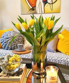 On est bien au Printemps ☀️💐. Des intérieurs lumineux, fleuris et qui sentent bon! (📷 @mamachinka ) #niemajakwdomu #tulipany #kochamkwiaty #kochamkolory #żółtytomójkolor #koraledladomu #kochampoduszki #poduszkowelove #wystrojwnetrz #woodwick #gockel #homesweethome #tulips #yellowflowers #coffetabledecor #pillowsaremylove #livingroomstyle #livingroomdecor #interiorandhome #interiorandliving #printemps #fleurs #fleuriste #tulipe #jaune #moutarde #yellow