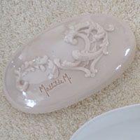 Mathilde M - Les Lumieres du Temps. vaporisateur à poire, porte savon, savon, set de toilette, pierre de lave, sucre de bain.