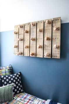 Use Pallet Wood Projects to Create Unique Home Decor Items Diy Hat Rack, Hat Hanger, Hat Hooks, Hanger Rack, Unique Home Decor, Home Decor Items, Cheap Home Decor, Scrap Wood Projects, Diy Pallet Projects