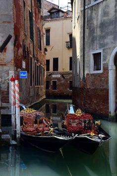 """Venice, Italy,queste non sono gondole il loro nome è """"sandalo"""" e secondo me si sono innamorati,a Venezia può succedere*silva*"""