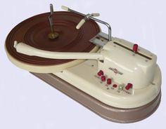 Loving this compact 1959 Joboton record player Vintage Records, Vintage Music, Retro Vintage, Vintage Market, Radios, Radio Record Player, Record Players, Platine Vinyle Thorens, Home Music