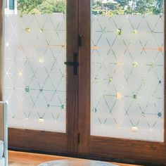 Décoratif et occultant le sticker pour vitre au motif jacquard moderne est très tendance avec ses motifs géométriques. Frosted Glass Design, Frosted Glass Door, Window Coverings, Window Treatments, Glass Etching Designs, Window Blocks, Verre Design, Window Privacy, Entry Way Design