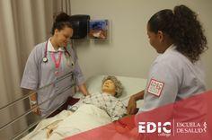 Estudiantes de los programas de Enfermería durante una de sus laboratorios.