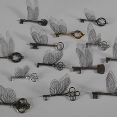 Unbelievably Creative Ways to Add 'Harry Potter' Magic to Your Home If you've ever dreamed of living in the wizarding world, these are for you!If you've ever dreamed of living in the wizarding world, these are for you! Magie Harry Potter, Décoration Harry Potter, Harry Potter Bedroom, Harry Potter Wedding, Harry Potter Birthday, Flying Keys Harry Potter, Harry Potter Display, Harry Potter Halloween, Harry Potter Christmas Tree