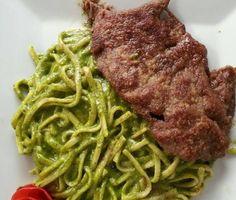 Tallarines verdes con bistec apanado.