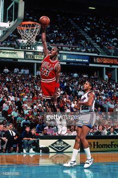 Fotografia de notícias : Michael Jordan of the Chicago Bulls dunks against...