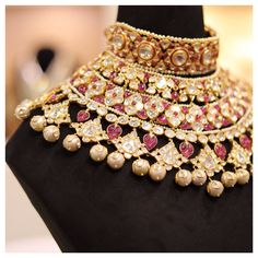 Gold bridal jewellery with wine pink beads Indian Jewelry Earrings, Indian Jewelry Sets, Jewelry Design Earrings, Indian Wedding Jewelry, Bridal Jewelry Sets, Bridal Necklace, Amrapali Jewellery, Diamond Jewellery, Gold Jewelry