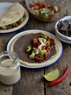 Mexican tacos with white beans and avocado salsa // Tacos mexicanos de feijão preto e salsa de abacate