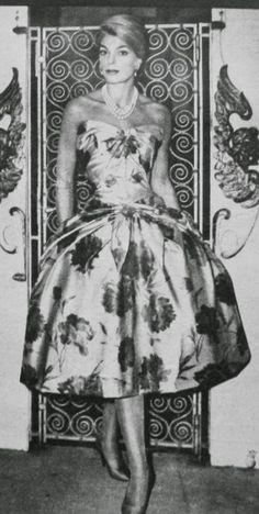 OĞUZ TOPOĞLU : carven paris 1959 elbise modelleri Fifties Fashion, Retro Fashion, Fifties Style, 50s Dresses, Vintage Dresses, Vintage Outfits, Vintage Wear, Vintage Looks, Drag Clothing