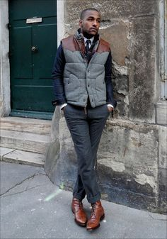 With printed shirt, tie, jacket and tweed trousers Puffer Vest Outfit, Vest Outfits, Mode Masculine, Fashion Moda, Mens Fashion, Fashion Menswear, Skinny Jeans With Boots, Brown Leather Bomber Jacket, Mode Man