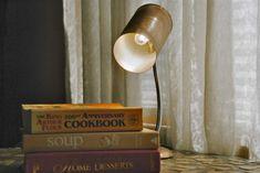 une boite de conserve transformée en abat jour diy, lampe de nuit lecture, une pile de livres dans la chambre à coucher, boite conserve brico