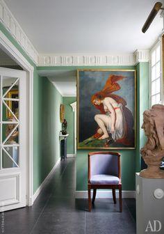 """Цвет стен в прихожей декоратор считает """"типично английским"""". """"Через цвет я пытался передать всю мощь европейского XIX столетия"""", – говорит Николя."""