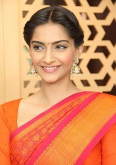 Sonam Kapoor looked the typical South-Indian beauty, draped in a Kanchipuram saree, for the Chennai promotions of Raanjhanaa. Dhanush teamed up with . Indian Look, Indian Wear, Easy Hairstyles, Wedding Hairstyles, Orange Saree, Indian Couture, Sonam Kapoor, Bollywood Celebrities, Indian Beauty