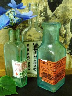 Free Vintage Apothecary Labels ~They look great on old jars and vases, don't they? The drug store labels can even be printed onto cotton sheets and sewed into hand towels! Antique Glass Bottles, Apothecary Bottles, Vintage Bottles, Bottles And Jars, Vintage Labels, Printable Vintage, Vintage Perfume, Apothecary Shoppe, Perfume Bottles