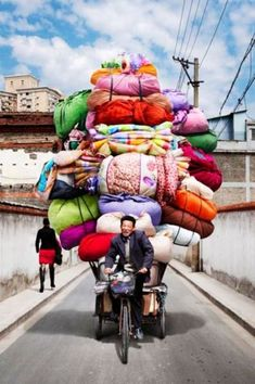 Vietnam is known for its cargo bikes, but these delivery men and women in China make the pedalers of Saigon look like pansies. Photographer Alain Delorme became fascinated with the bike haulers of China We Are The World, People Of The World, Wonders Of The World, Vietnam, Totems, Quilting Quotes, Belle Photo, Shanghai, Laos