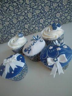 so lovely! blue cupcakes Cupcake Art, Cupcake Ideas, Cupcake Cookies, Elegant Cupcakes, Beautiful Cupcakes, Blue Cupcakes, Yummy Cupcakes, Blue Hosta, Tuxedo Cake