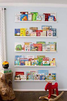 CHAMBRE DES PETITS: J'adore cette solution de rangement pour une chambre d'enfant! C'est interactif et pratique. Les livres deviennent des oeuvres d'art!
