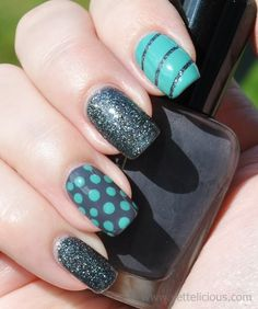 Lovely ocean blue accents on these nails!
