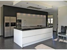 Bekijk de foto van BJ1970 met als titel Hoogglans greeploze keuken met plafondunit.   en andere inspirerende plaatjes op Welke.nl.