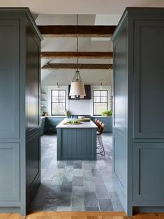 Top 10 Wall Paint Colors To Elevate Your Kitchen Space Glass Front Cabinets, Grey Cabinets, Kitchen Cabinets, Kitchen Paint Colors, Wall Paint Colors, Beautiful Kitchens, Cool Kitchens, Dream Kitchens, Hgtv Dream Home 2016