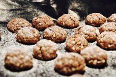 Heute gibts ein Rezept für die schnellsten Schokokekse, die es gibt: perfekt für das Kindergartenbuffet, super lecker und garantiert idiotensicher Keks Dessert, Buffet, Organic Matter, Four, Gingerbread Cookies, Baked Goods, Food And Drink, Low Carb, Sweets